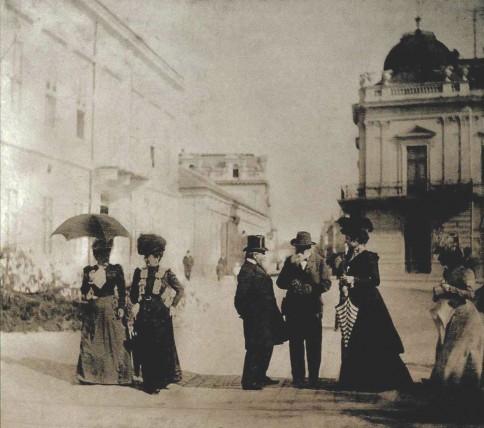 """U pozadini se vidi kuća Marka Stojanovića, fotograija je napravljena ispred """"Srpske krune"""""""